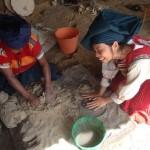 一般の民家を訪ねたら、陶器用粘土づくりを体験させてくれました