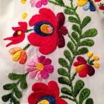 これはミシン縫いだけど、模様が独特で素敵!もちろん手刺繍もあるよ