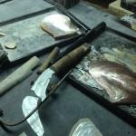 貝殻(アワビ)を磨いて装飾にします