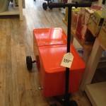 クーラーボックスに車輪とハンドル。持ち運び便利!