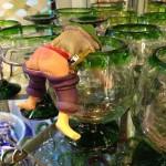 グラスの縁にひっかけて楽しむ、半ケツおじさんの人形